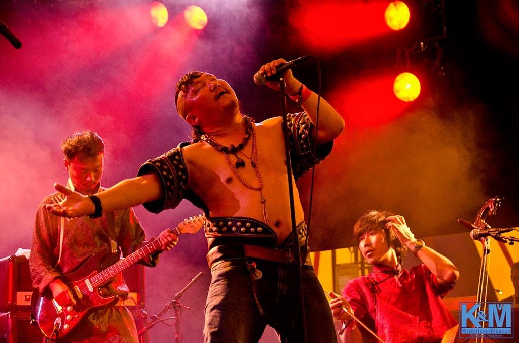 Zanger Hangai op de foto met de band