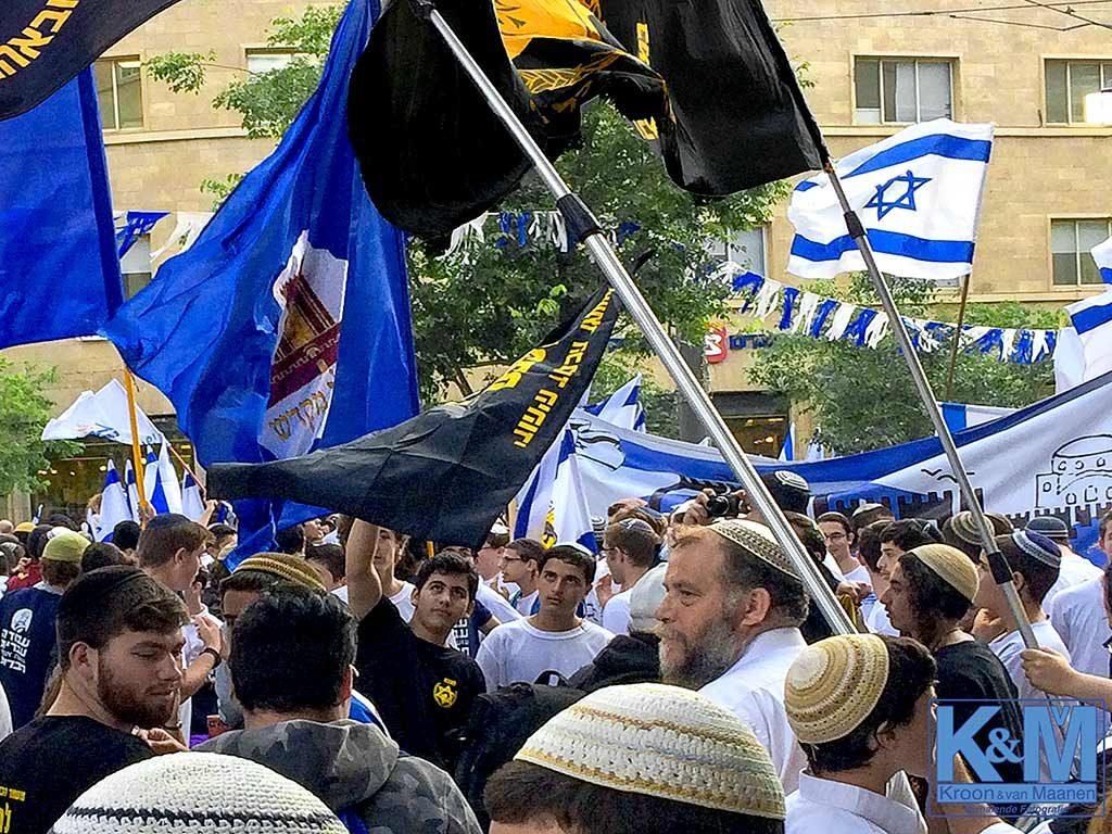 Lehava leider Ben Zion Gopstein bewaakt zijn tafeltje
