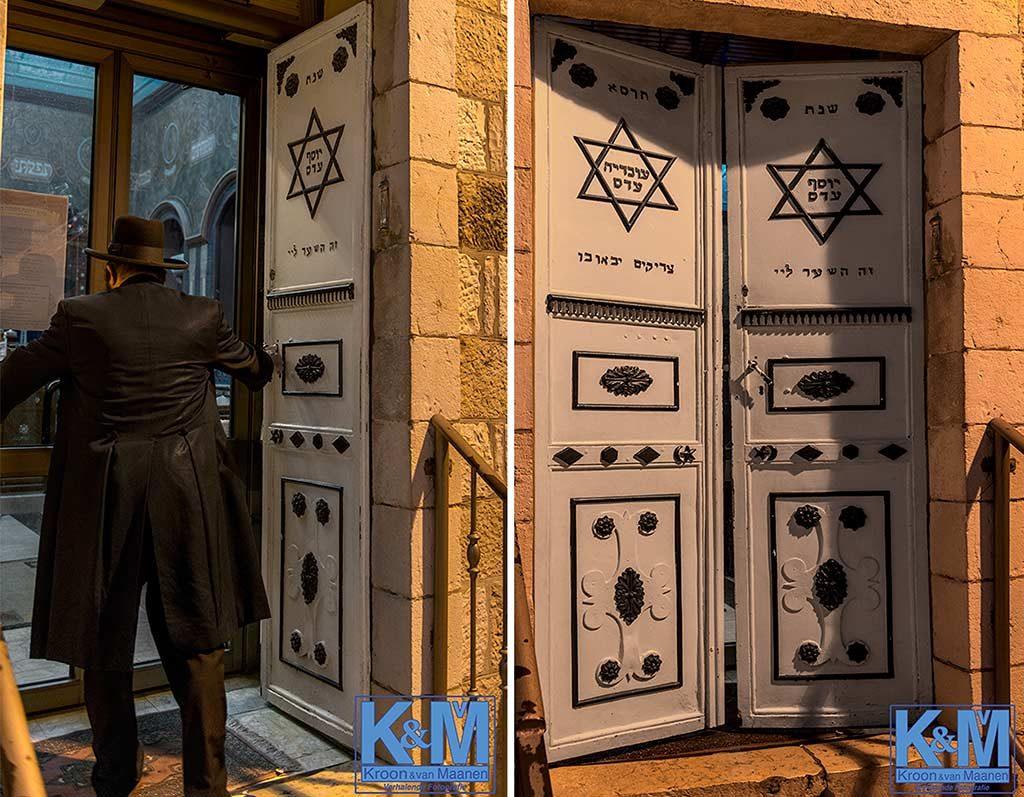 De deuren van de Ades Synagoge kunnen open en dicht